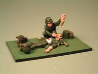 Санитар с лежащим раненым
